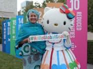 サンリオは国連との共同企画「#HelloGlobalGoals」を25日に発表した。アミナ・モハメド国連副事務総長とハローキティ。(C)1976,2019 SANRIO CO.,LTD.著作:(株)サンリオ