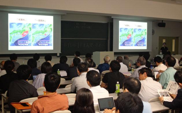南海トラフ地震の臨時情報の活用をめぐり研究者が討論した(2019年9月15日、京都大学で開かれた日本地震学会シンポジウム)