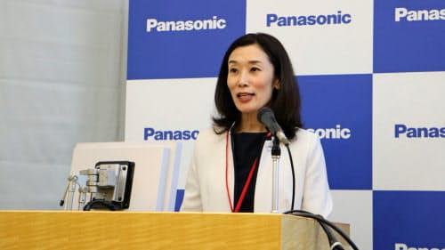 介護事業の戦略について説明するパナソニックエイジフリーの森本素子社長(25日、東京・江東)