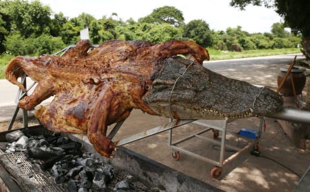 店頭で焼かれるワニ肉(タイ・ラチャブリ県)=石井理恵撮影
