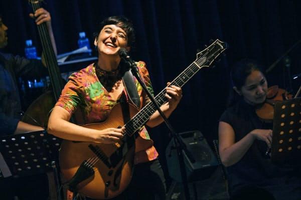 南米をルーツとするメサの音楽は、独特の陽気さと物悲しさが交錯する=佐藤 拓央撮影