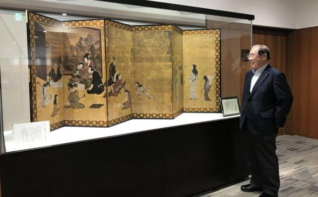 平和堂の本部に飾られている彦根屏風のレプリカを見て、父の平次郎氏をしのぶ夏原平和会長(滋賀県彦根市)