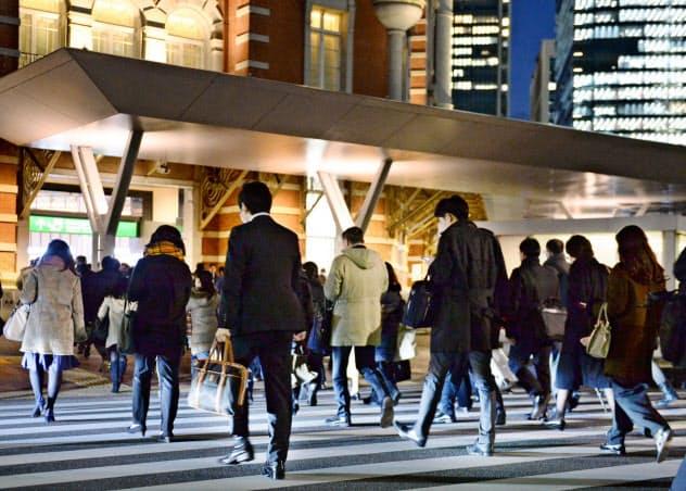 有期雇用で5年を超えて働いた人は無期雇用に転換できる権利を得るルールは2013年に施行された(東京駅前で帰途につく人々)