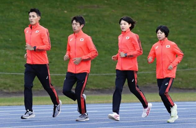 練習を公開した東京五輪のマラソン日本代表(左から)服部勇馬、中村匠吾、前田穂南、鈴木亜由子(25日、北海道千歳市)=共同