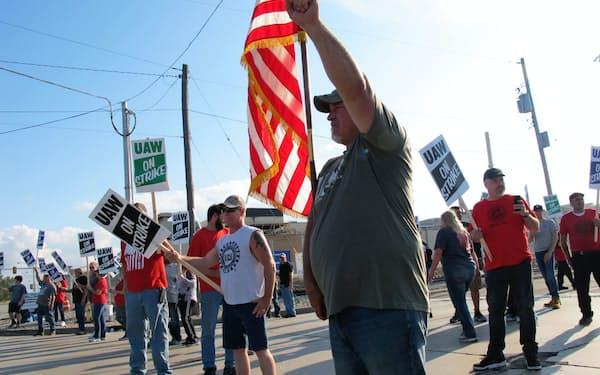 GMの工場周辺では従業員らのデモが続いている(デトロイト市)