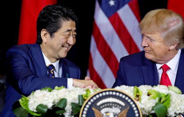安倍首相とトランプ米大統領は中東情勢や日韓関係についても意見交換した(ニューヨーク)=ロイター