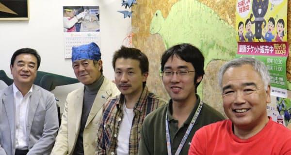 「むかわ町恐竜ワールドセンター」のメンバー。右端が代表の工藤弘。中央が副代表の栗原健一