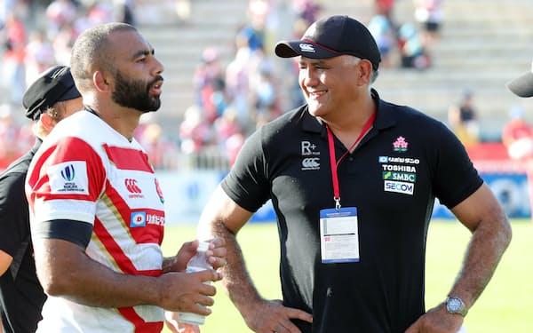 ジョセフHC(右)はコーチ陣やリーチ主将に頼らずとも戦えるチームを目指した