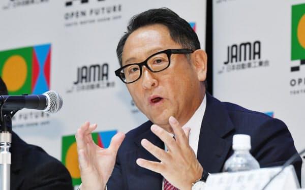 記者会見する日本自動車工業会の豊田章男会長(26日、東京都港区)