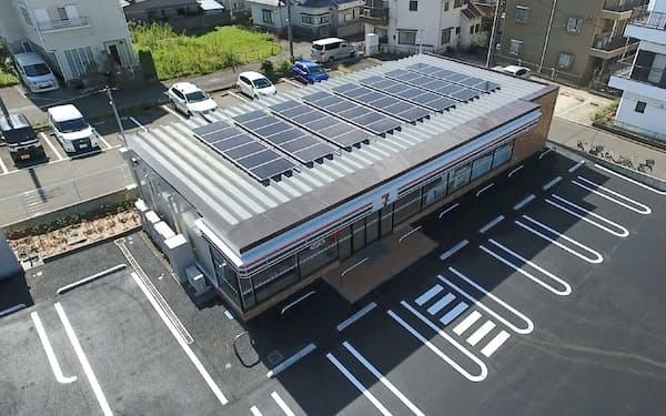 店舗の屋根に取り付けた太陽光パネルで発電する