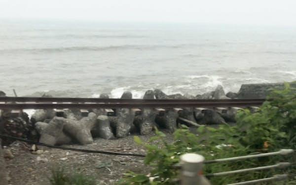 日高線の鵡川―様似間は高波被害による運休が続いている(新冠町)