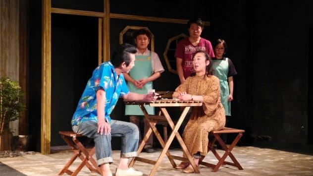 林英世(手前右)ら、俳優陣は大人たちの心理を繊細に演じた