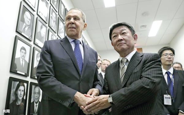 会談を前にロシアのラブロフ外相(左)と握手する茂木外相=25日、米ニューヨーク(共同)