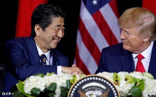 安倍晋三首相(左)とトランプ米大統領は貿易協定の締結で合意した=ロイター