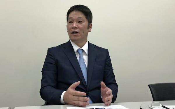 記者会見するHPCシステムズの小野鉄平社長(26日、東証)