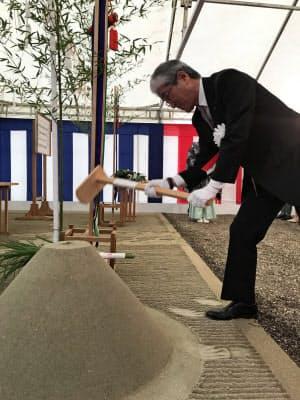 起工式で「鍬入の儀」をする西脇章・宮崎日機装社長