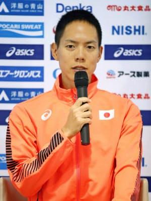 陸上の世界選手権開幕を前に記者会見する、男子50キロ競歩の鈴木雄介(26日、ドーハ)=共同