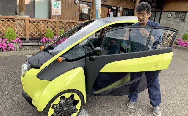 ウィラーはJR駅から離れた観光地までの足「2次交通」としてトヨタ自動車の小型EV「i-ROAD」を用意している(北海道清里町での乗車前講習の様子)