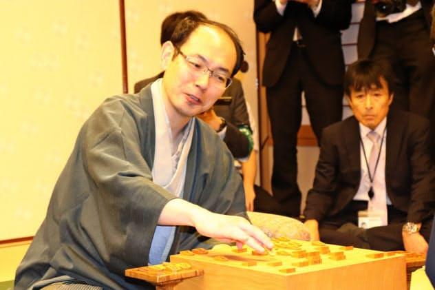 感想戦で笑顔を見せる木村一基新王位(26日、東京・千代田の都市センターホテル)