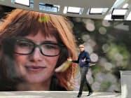 アマゾンは音声認識AI「アレクサ」を搭載した眼鏡型の端末を発売する(25日、シアトルでの製品発表会)
