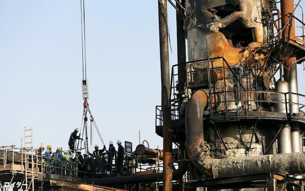 無人機によるとみられる攻撃で破壊されたサウジアラムコの石油施設(20日、サウジ東部アブカイク)=ロイター