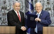イスラエルのネタニヤフ首相(左)は25日、リブリン大統領から組閣要請を受けた=AP