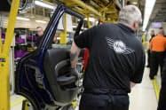 独BMWがミニを生産する英オックスフォード工場=ロイター