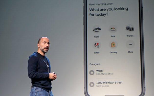 アプリの統合について発表するウーバーのダラ・コスロシャヒCEO(26日、米サンフランシスコ)