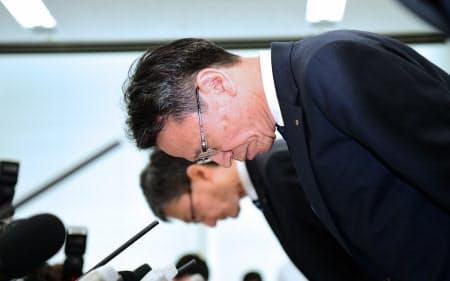記者会見で頭を下げる関西電力の岩根社長(27日午前、大阪市北区)