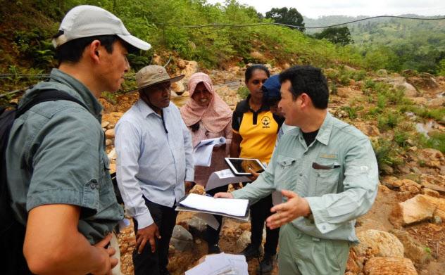 土石流が起きたスリランカの現場で調査技術を指導する日本の専門家