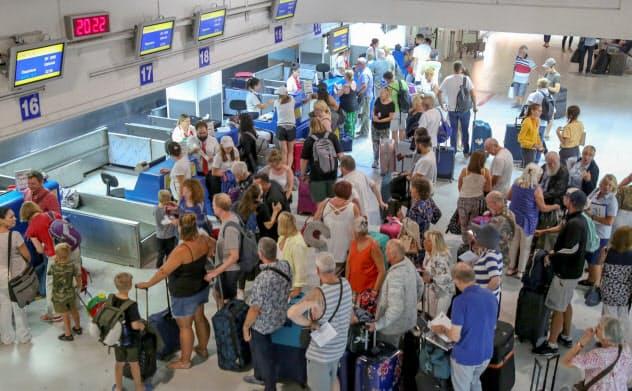 トーマス・クック社の破綻で、多くの旅行客が足止めされた=ロイター