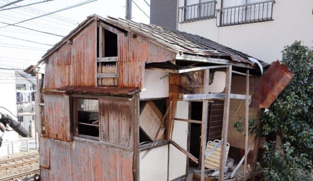行政代執行で解体作業が始まった空き家(東京都内)