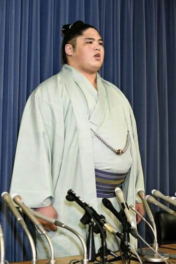 文科省で記者会見する貴ノ富士関(27日午後)=共同