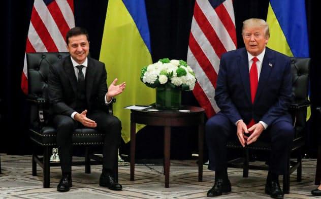 ウクライナのゼレンスキー大統領(左)と会談したトランプ米大統領(25日、ニューヨーク)=ロイター