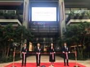 開業セレモニーでテープカットする三井不の菰田正信社長(左から2人め)ら