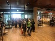 オープン初日の午前10時から大勢の客が来館した