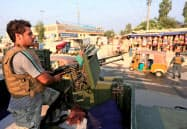 現地の警官はタリバンのテロを警戒し、監視を強めている(東部ジャララバード)=ロイター