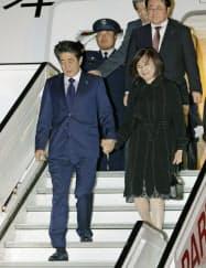 ベルギー・ブリュッセルのメルスブルク空軍基地に到着した安倍首相と昭恵夫人=26日(共同)