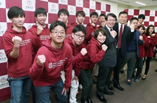 11社の起業を発表し、記念撮影に応じる九大起業部の学生社長ら(27日、福岡市西区)