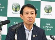 記者会見する九州フィナンシャルグループの笠原慶久社長(27日、熊本市)