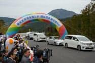 2019年3月には富沢IC―新清水JCTなどが開通した(開通式典の通り初めで山梨県南部町の富沢ICに到着した車列)