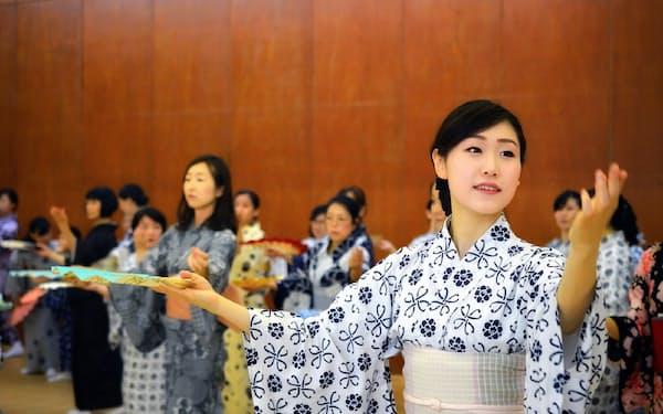 訪日客らを迎える準備として、歌舞伎舞踊など日本文化を体験してもらう