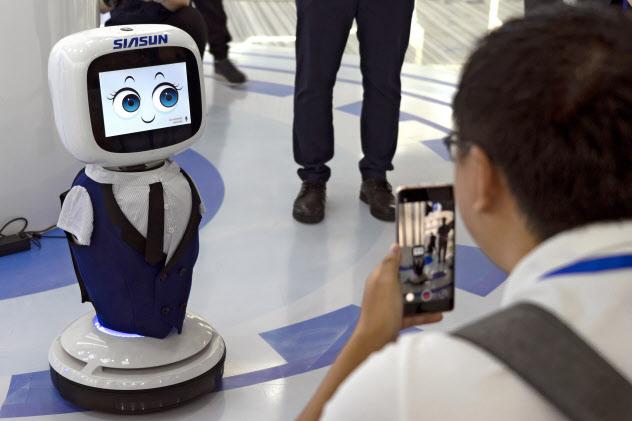 ロボティクス技術の開発を急ぐ瀋陽新松(中国・瀋陽市の展示会、7月)=AP