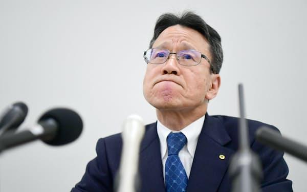 記者会見で厳しい表情を見せる関西電力の岩根社長(9月27日、大阪市北区)