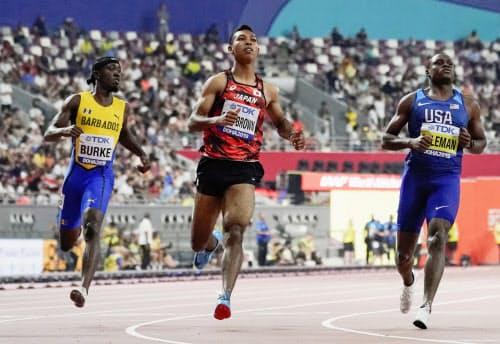 男子100メートル予選 10秒09の6組3着で準決勝進出を決めたサニブラウン・ハキーム=中央(27日、ドーハ)=共同