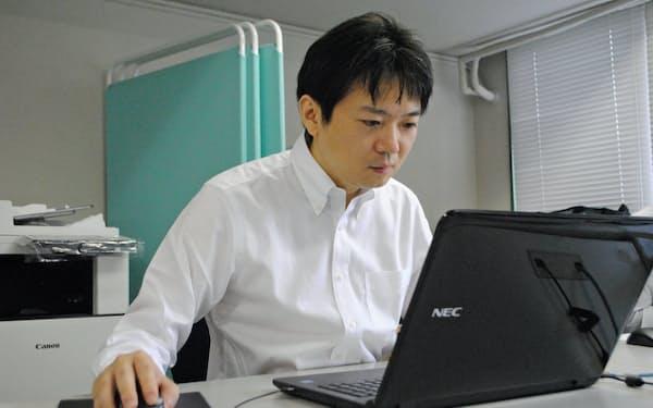 フリマアプリ上のアカウントを監視するNPO法人「全国万引犯罪防止機構」のスタッフ(26日、東京都千代田区)