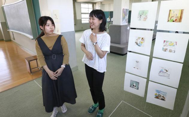 移転予定地の元小学校にアート作品を展示する京都市立芸術大の学生(京都市下京区)