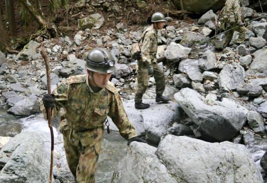 行方不明となっている女児の捜索を続ける自衛隊員(28日午前、山梨県道志村)=共同
