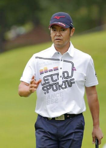 第3日、1番でバーディーを奪い、歓声に応える武藤俊憲。通算14アンダーで単独首位(28日、東広野GC)=共同