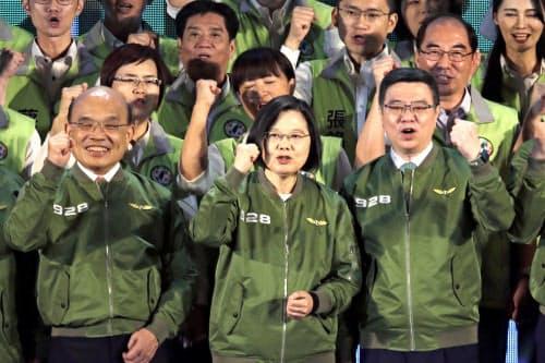 28日、台北市内で開いた民進党大会に出席した台湾の蔡英文総統(中央)=AP